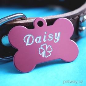 Řůžová psí identifikační známka se stříbrným rytým textem na přání