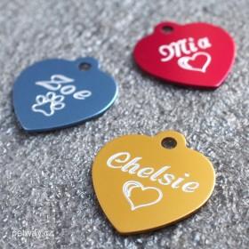 Identifikační tagisky ve tvaru srdce se jménem a telefonem na míru