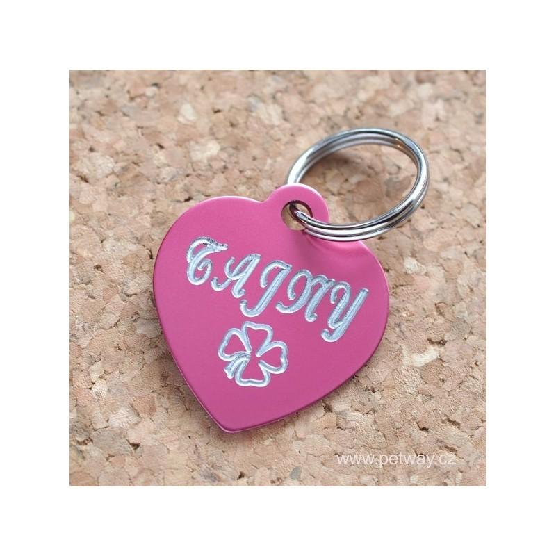 Růžová psí známka srdce s gravírováním jména a telefonu s čtyřlístkem
