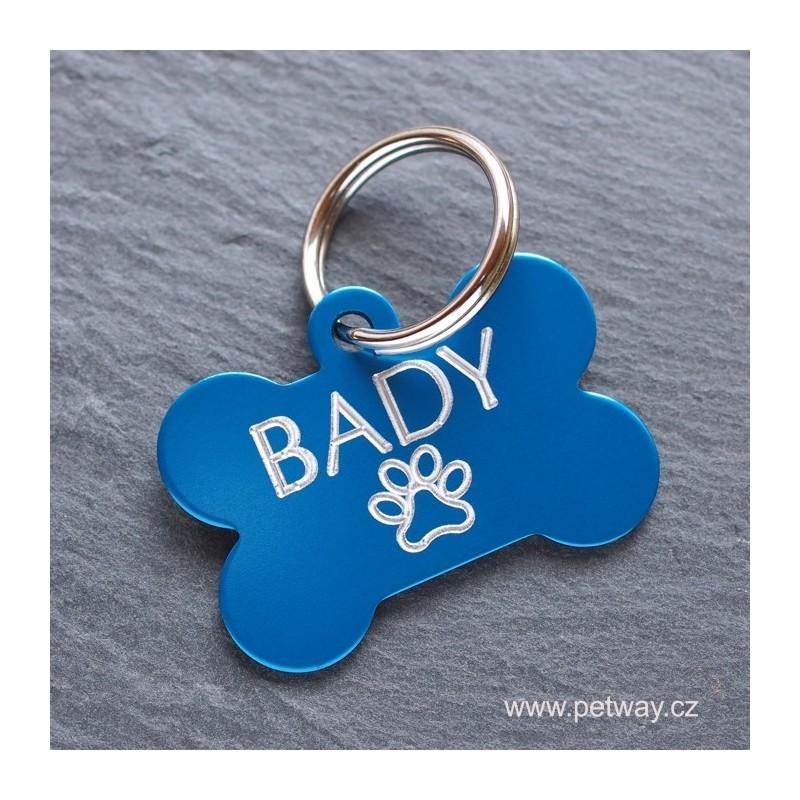 Modrá hliníková psí známka ve tvaru kostičky a gravírování psí známky