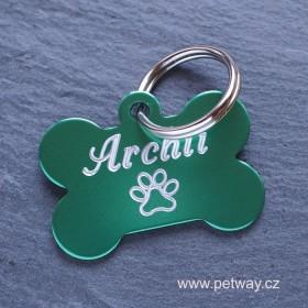 Zelená identifikační psí známka ve tvaru kosti a rytí textu na přání