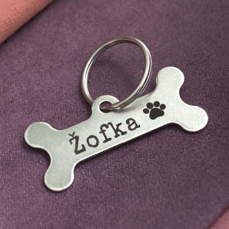 Kovová ocelová známka pro psa s gravírováním jména, telefonu a dalších identifikačních údajů.