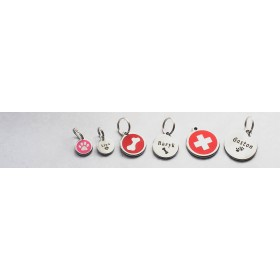 Psí známky Red Dingo jsou dostupné ve třech velikostech