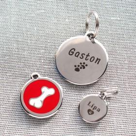 Identifikační psí známky Red Dingo jsou dostupné ve třech velikostech: