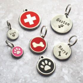 Nerezové psí známky Red Dingo jsou dostupné ve třech velikostech