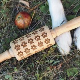 Dřevěný embosovaný váleček na sušenkové těsto se vzorem psích tlapek
